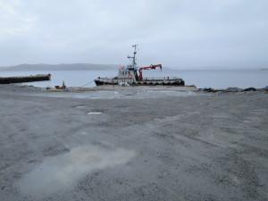 Liten laste kai. Grov Industritomt på Hanasand / Rennesøy. Brygger og Kaier Sokn AS